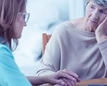 Enfermeira conversando com familiar de paciente